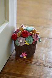 Knitted flowerpot doorstop by Kim Dickinson, issue 59 KintNow