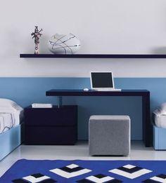 este escritorio muy simple y linear, azul con silla con forma de cubo gris está en el dormitorio pequeño.