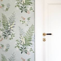 Sommarkänsla i sovrummet med tapeten foxglove från 💚 Red Cottage, French Country Cottage, Claw Foot Bath, Painting Wallpaper, Blank Walls, Little Girl Rooms, Paper Decorations, Colour Schemes, Old Houses