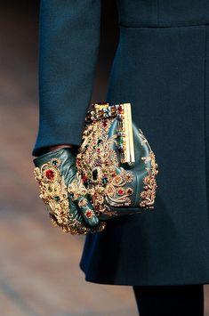 Dolce & Gabbana Fashion Show Herbst-Winter Konfektion Dolce & Gabbana, Couture Details, Fashion Details, Love Fashion, Couture Fashion, Fashion Bags, Fashion Accessories, Dress Dior, Mode Baroque