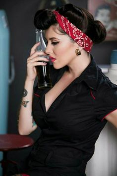 bandeau-pin-up-modèle-rouge-tenue-noire-levres-rouges-manucure-cendre-de-roses
