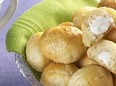 Receita de Pão de batata com requeijão - 5 batatas médias, · 3 xícaras (chá) de leite, · 1/2 colher (sobremesa) de sal, · 3 xícaras (chá) de farinha de trigo, · 2 colheres (sopa) de fermento, em pó, · 1 colher (chá) de açúcar, · 3 colheres (sopa) de manteiga, · 1 ovo batido, · 400 g de requeijão tipo firme, · 1 gema batida para pincelar