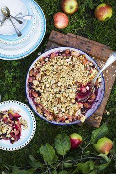 Det här är en lättlagad paj med både äpplen och bär. Använd helst frysta bär, de behöver inte tinas. Här finns ännu fler goda smulpajer!