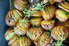 Recette facile de patates rôties à l'ail et fines herbes Sushi, Shrimp, Seafood, Side Dishes, Sausage, Vegetarian Recipes, Bbq, Food And Drink, Potatoes