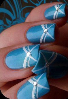 Decoración de uñas elegantes color azul con líneas blancas y accesorios brillantes - Elegant Nail Design blue with white lines and accesories