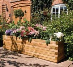 Bac à fleurs avec des lames de terrasse en bois