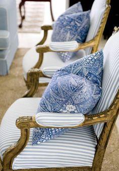 Eklektyczny salon - Para francuskich złoconych krzeseł ze sklepu z antykami w miejscowości Brisbane stoi na honorowym miejscu w salonie. salon, biel, błękit, styl eko, styl etniczny, eklektyzm, fotel, antyki, tkaniny dekoracyjne