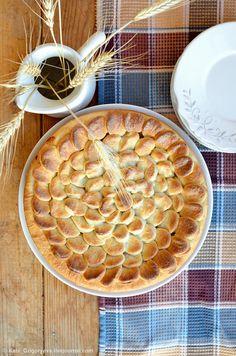 Привет! У нас сегодня закрытый яблочный пирог из удивительно простого в приготовлении дрожжевого теста с умопомрачительной яблочной начинкой. Да что я…