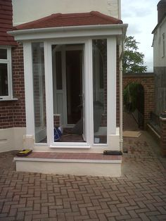 Friendly tripled car porch design look at this site Front Door Porch, Porch Doors, House With Porch, House Roof, Car Porch Design, Sas Entree, Glass Porch, Main Entrance Door Design, Porch Kits