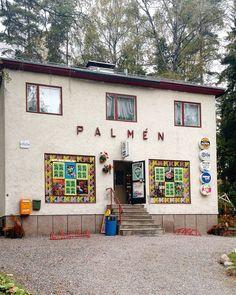 Eilisen talobongaus-reissun hedelmiä: K-kauppa Palmen Vantaan Nikinmäessä on nähtävyys! Veljekset Stig ja Ingvar kuulemma edelleen huolehtivat yli 50 vuotta jatkuneesta lähikauppatoiminnasta ja palvelu onkin erinomaista. Kaupan funkisrakennus on hyvin pidetty rappaus vaikuttaa alkuperäiseltä ja ikkunoiden ja räystään punainen väri antaa ryhtiä ilmeeseen. Instan zoomaus- toiminnolla voit bongata Online-valomerkin ja sympaattiset ikkunateippaukset. #funkis #vanhat talot #perinteetkunniaan…