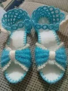 This Pin was discovered by Özb Crochet Sandals, Crochet Shorts, Crochet Poncho, Crochet Slippers, Crochet Clothes, Crochet Projects, Sewing Projects, Crochet Butterfly, Knitting Designs