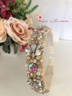 Elaborada en cristales, detalles dorado y terminación en mostasillas Crown, Jewelry, Fashion, Head Bands, Crystals, Moda, Corona, Jewlery, Jewerly