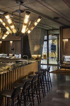 Vienna House Mokotow Warsaw to industrialny wystrój w biznesowym centrum warszawskiego Mokotowa. Połączenie gościnności i ekologii wyróżniają ten nowoczesny hotel. Lobby hotelowe nawiązuje do śródziemnomorskiego stylu życia, a w hotelowym barze goście czują się swobodnie, a biznes traci swoj formalny charakter. Vienna House, Conference Room, Bar, Table, Furniture, Home Decor, Decoration Home, Room Decor, Tables