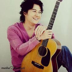 ✱こにゃにゃちわ~。 ・  やっぱ、ましゃはギターが似合いますなー(人∀*)♡ ・ ・ 奇跡の連休、さぁ、楽しも!!!! ・  #福山雅治#ましゃ#masaharufukuyama  #笑顔が素敵 #ピンクの服ってなんだかエロい ・ Guitar, Music, Musica, Musik, Muziek, Music Activities, Guitars, Songs