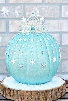 Pin for Later: 14 Pieces of Halloween Decor Every Disney-Lover Needs Be the envy of every home on your block when you create this glistening DIY Elsa pumpkin, complete with a crown and snow-capped pedestal. Elsa Pumpkin, Disney Pumpkin, Cinderella Pumpkin, Frozen Pumpkin Carving, Holidays Halloween, Halloween Crafts, Halloween Party, Halloween 2015, Happy Halloween