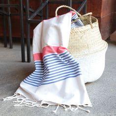 Fouta rayée bleu, blanc et rouge Home Decor Baskets, Turkish Towels, Fabric Patterns, Tea Towels, Beach Towel, Drawstring Backpack, Weaving, Stripes, Corsica