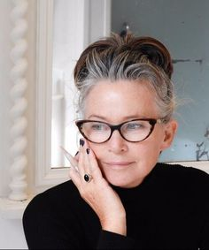 hairstyles for women over 50 Going Gray Gracefully, Aging Gracefully, Estilo Hippy, Beautiful Old Woman, Ageless Beauty, Grey Hair, Medium Hairstyles, Modern Hairstyles, Hairstyles Videos