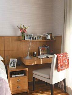 escrivaninha ao lado da cama