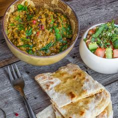 Spinach dhal with indian salad - vegan easy. Clean Recipes, Healthy Dinner Recipes, Vegetarian Recipes, Sin Gluten, Indian Salads, Vegan Meal Plans, Healthy Recipe Videos, Dinner Salads, Vegan Dinners