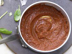 Schneller geht's nicht - dabei ist diese Soße super aromatisch! Blitz-Tomatensauce - (Grundrezept) - smarter - Kalorien: 91 Kcal - Zeit: 10 Min.   eatsmarter.de