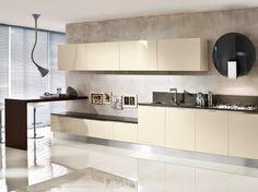 Cucina lineare l.480 cm in finitura sabbia lucido con penisola rovere moro.