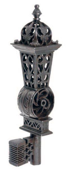 Clef de maîtrise à lanterne en fer forgé, découpé, sculpté et incisé.