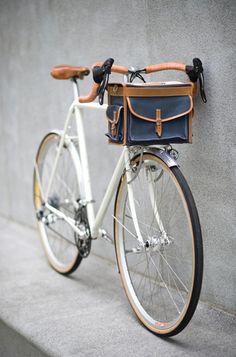 Fast Boy Cycles Randonneur with Berthoud handlebar bag. Photo Velo, Pimp Your Bike, Velo Retro, Retro Bike, Carbon Road Bike, Bike Bag, Cycle Chic, Bike Style, Road Bikes
