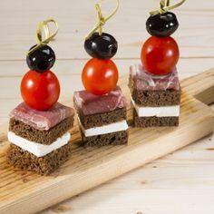 Канапе с пармской ветчиной, сыром «Фета» и помидорами «Черри» и...