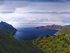 Corsica - Golfe - Le golfe de Girolata en Corse, est la réplique miniature du Golfe de Porto, situé juste à côté. Il est bordé de très grandes falaises rouges de plus de 300 mètres, comme celles de la Punta Rosa, et enveloppé de maquis.