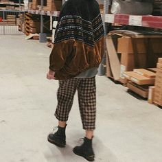 This is the fit i see EVERYWHERE on campus lmao its an overdone but still kidna peng fit Hipster, Hipsters, Hipster Outfits, Boyshorts