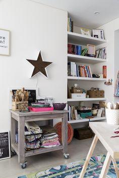 """Espacio de trabajo que integra cocina y oficina, parte de la casa de la cocinera Tefi Russo, creadora de """"Inutilísimas"""". Una mesa con ruedas reúne utensilios y textiles para ambientar fotos gastronómicas."""