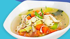 Hühnersuppe wirkt aufgrund ihrer zahlreichen gesunden Inhaltsstoffe wie Zink und Eisen nachweislich gegen Erkältung und Grippe. Hühnersuppe besitzt eine wärmende und entzündungshemmende Wirkung und sorgt dafür, dass die Schwellungen der Schleimhäute bei Erkältung oder Grippe zurückgehen.