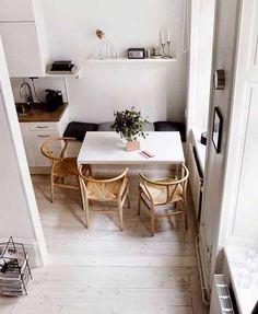 Coin repas malin avec banquette dans une cuisine blanche |
