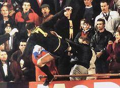 El 25 de enero de 1995, mientras se dirigía al túnel tras ser expulsado en un partido frente a Crystal Palace en Selhurst Park, Eric Cantona le propinó una patada de karate a Matthew Simmons, un aficionado que lo había insultado desde la tribuna. El futbolista de Manchester United fue sancionado con una multa de 20 000 libras y dos semanas de cárcel que pagó realizando 140 horas de servicios comunitarios. La Federación inglesa lo suspendió y su vuelta se produjo, tras nueve meses, el 1° de…