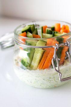 Met deze tzatziki met groentjes kan je makkelijk op stap! Lunch Recipes, Healthy Recipes, Pinterest Recipes, Food Design, Tapas, Food Inspiration, Green Beans, Meal Prep, Brunch