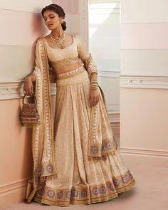 Tarun Tahiliani's Spring Summer Collection Is Perfect For Weddings Latest Saree Blouse, Latest Sarees, Saree Blouse Designs, Raw Silk Lehenga, Summer Wedding Outfits, Tarun Tahiliani, Pink Saree, Bridal Looks, Indian Wear