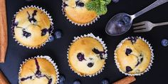30 perces áfonyás muffin: a joghurtos tészta hihetetlenül puha   Anyanet Cranberry Muffins, Halloumi, Cupcakes, Blueberry Cake, Fresco, Healthy Muffins, Healthy Dessert Recipes, Muffin Recipes, Stevia