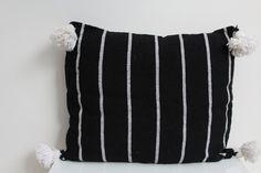 Moroccan Pom Pom cushion door Riadlifestyle op Etsy
