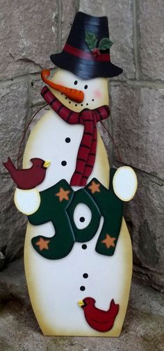 MUÑECO DE NIEVE JOY Christmas Yard, Christmas Snowman, Winter Christmas, Christmas Ornaments, Snowman Crafts, Holiday Crafts, Wood Snowman, Wood Yard Art, Pintura Country
