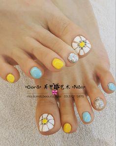 Pin by edith gonzalez on pies nail designs pedicure nails toe cute feet Pretty Toe Nails, Cute Toe Nails, Fancy Nails, Nice Nails, Feet Nail Design, Toe Nail Designs, Toe Nail Color, Toe Nail Art, Yellow Toe Nails