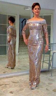 Elegante y muy distinguido, Vestido confeccionado en encaje bordado
