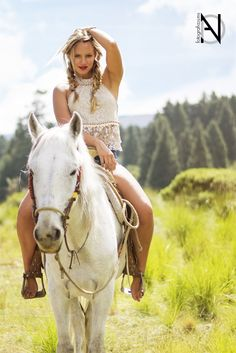Cowboy Girl, Cowgirl And Horse, Sexy Cowgirl, Country Girl Style, Country Girls, Amazing Beasts, Woman Riding Horse, Boho Chic, Horse Girl Photography