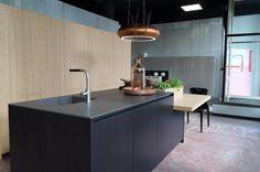 Deze prachtige keuken, model Alumina van #comprex, is nu te bewonderen in onze showroom! #wavedesign afzuigkap www.artdesignwonen.nl #kitchendesign