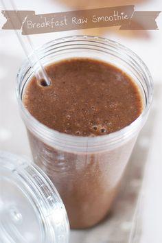 Ingrédients pour ce smoothie petit déjeuner (quantité pour une personne) 2 bananes 4 dattes Mazafati (ou 3 Medjool si elles sont grosses) 2 c. à café légèrement bombées de farine de coco 2 c. à café légèrement bombées de cacao cru en poudre 1 c. à café bombée de chanvre en poudre