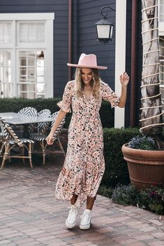 Outfits With Hats, Mom Outfits, Modest Outfits, Piano Sheet, Sheet Music, Chicago Outfit, Fashion Island, Seattle Fashion, Spring Hats