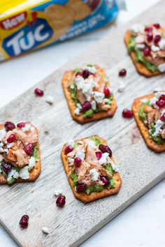 TUC with guacamole, salmon, feta & pomegranate seeds Healthy And Unhealthy Food, Healthy Snacks, Easy Cooking, Healthy Cooking, Party Food Catering, Fresco, Good Food, Yummy Food, No Salt Recipes