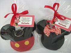 Chaveiro feito em feltro do Mickey ou Minie. <br>São embalados em saquinhos de celofane, amarrados com fita de cetim e acompanha um cartãozinho personalizado.