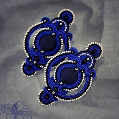 Sutaškové náušnice Xenia / Zboží prodejce Z-ART handmade Soutache Necklace, Macrame Earrings, Blue Earrings, Beaded Earrings, Earrings Handmade, Beaded Jewelry, Soutache Tutorial, Passementerie, Textile Jewelry