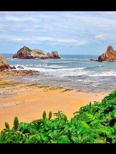 Playa de Cerrias ( Cantabria ). No es una pintura, aunque lo parezca.