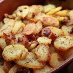 Octoberfest German Style Fried Potatoes with bacon and onion. No need to wait fo. Octoberfest German Style Fried Potatoes with bacon and onion. No need to wait for October to eat this! It& so simple and looks delicious! Potato Dishes, Vegetable Dishes, Food Dishes, Main Dishes, Side Dishes, I Love Food, Good Food, Yummy Food, Tasty